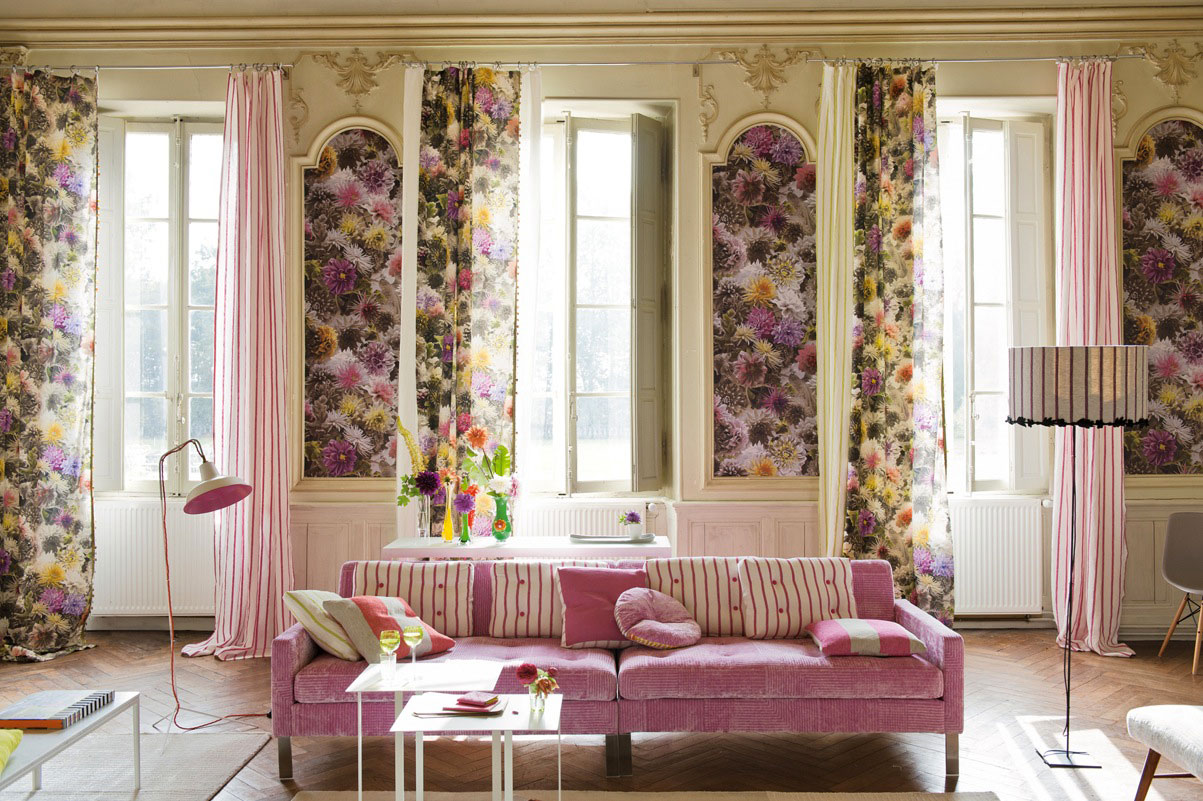 Living-room-with-floral-fabrics-on-the-wall-and-curtains