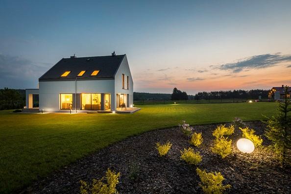 10-inspiracji-na-ciekawe-oswietlenie-zewnetrzne-domu-2-domifikacje