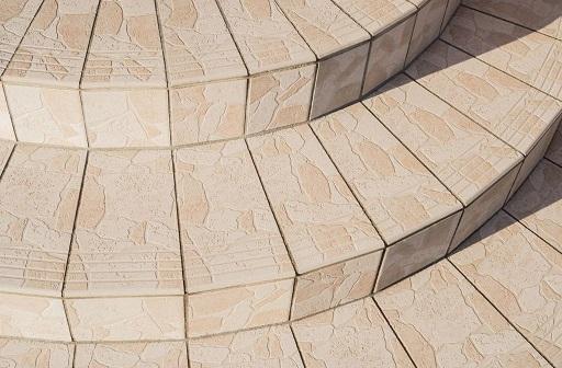 Positive Kegeltreppe im Detail mit Belag aus keramischen Kacheln