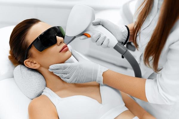 Uszkodzeniu ulega wyłącznie włos, nie powodując uszkodzenia skóry, dzięki czemu może być stosowany nawet w tak wrażliwych miejscach