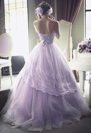 Lawendowa suknia ślubna