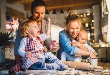 Ciężarna, matka karmiąca i niemowlak przy wigilijnym stole