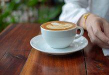 zaparzonej kawy
