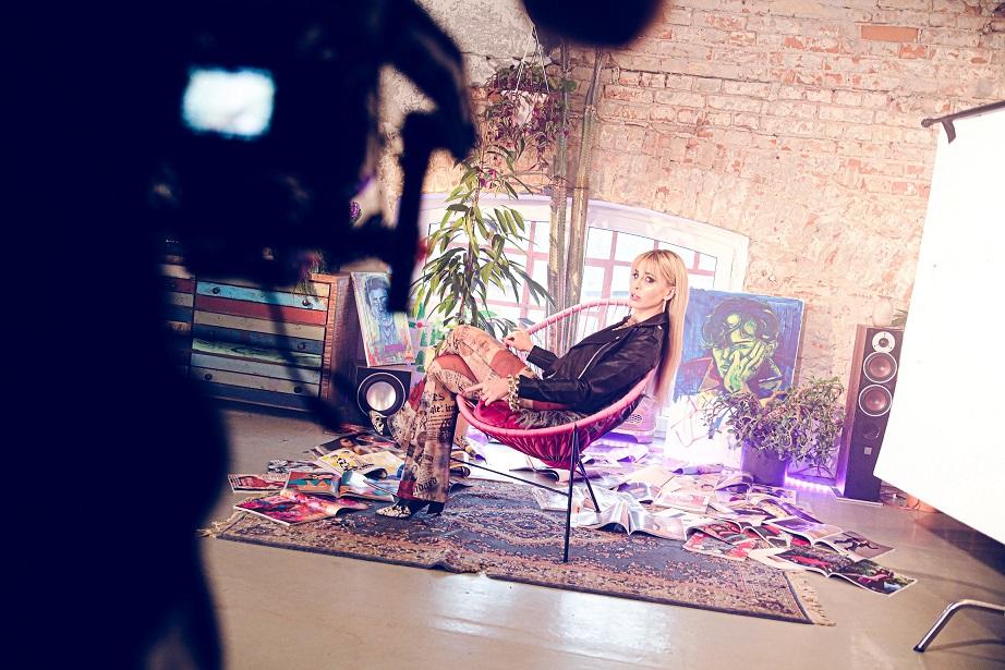 "Monika Gawrońska na planie teledysku ""Brudna gra"" (2020)"