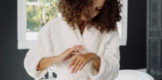 Skóra dłoni jest narażona na negatywny wpływ wielu czynników zewnętrznych.