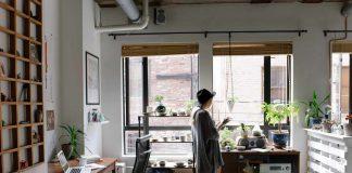 Wysoki poziom wilgoci w mieszkaniu wiąże się często z pojawianiem się pleśni na ścianach i suficie, co może się skończyć kosztownym remontem. Innymi skutkami wilgotności jest złe samopoczucie, bóle głowy, reakcje alergiczne i bardziej poważne konsekwencje zdrowotne. Jak wykryć, że mamy wysoką wilgoć w domu i jak sobie z nią poradzić?
